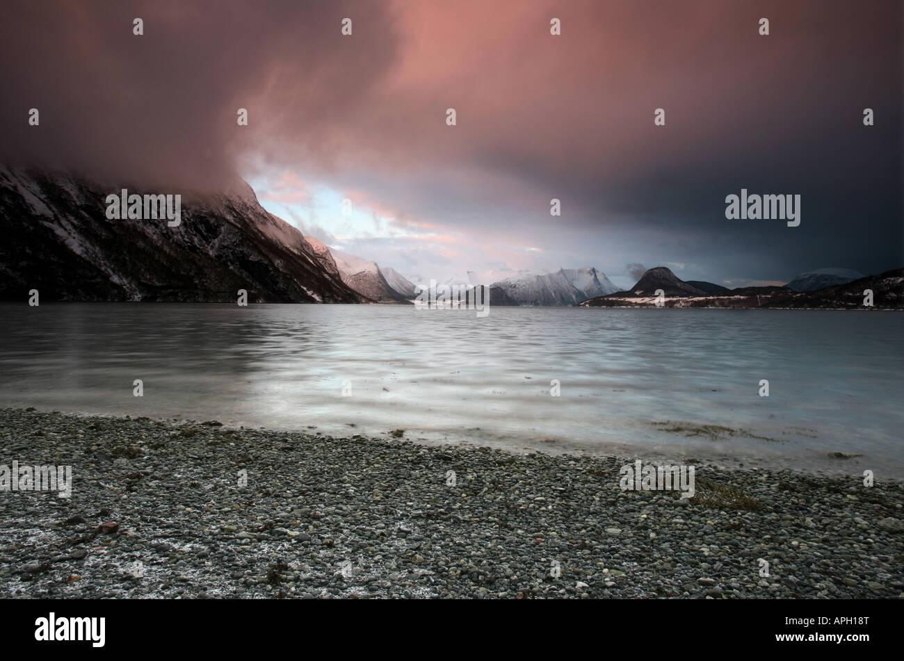 Ciel coloré sur Romsdalsfjorden, en dehors de la ville de Rauma, Åndalsnes kommune, Møre og Romsdal Photo Stock