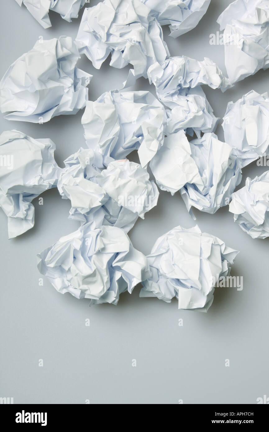 Liasses de papier froissé sur le plancher de l'espace ci-dessous copie Photo Stock