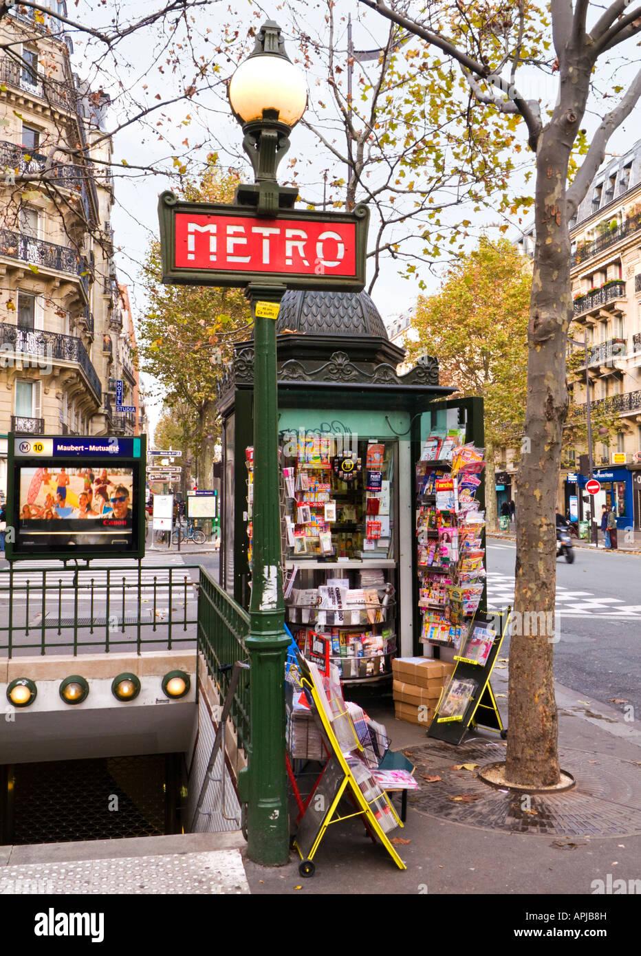 Entrée de la station de métro de Paris, Place Monge, sur le Boulevard Saint-Germain Photo Stock
