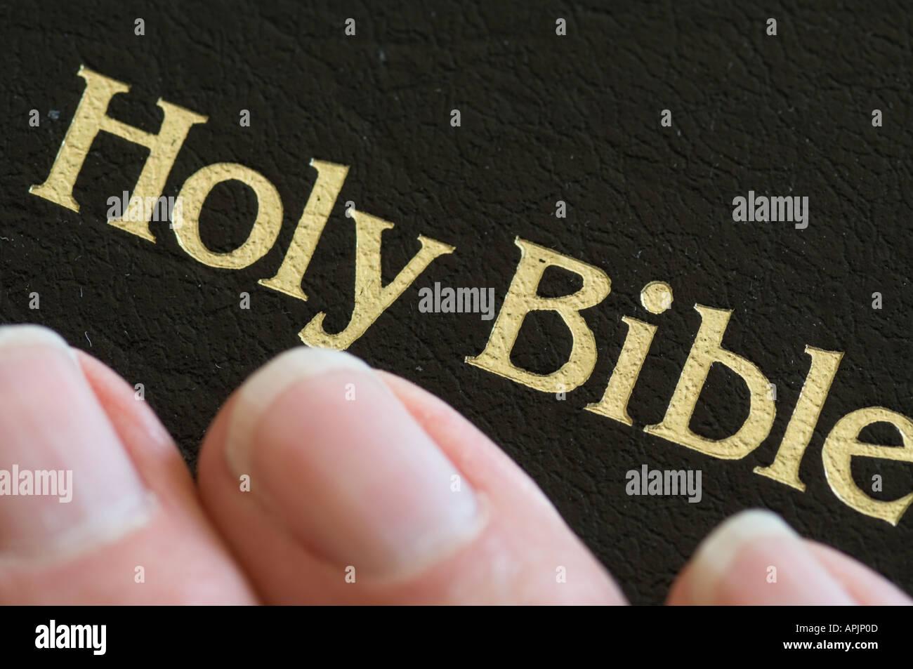 La main libre de toucher à la Sainte Bible durant la prière Banque D'Images