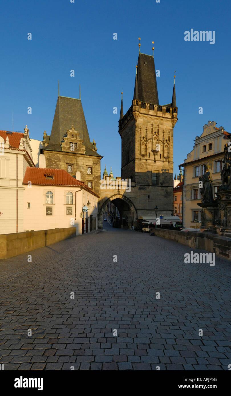 Le PONT CHARLES ET LA TOUR DE Mala Strana, Prague, République tchèque (CZE) Photo Stock