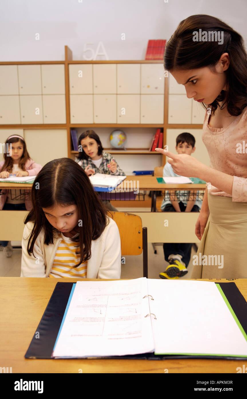 Les élèves et l'enseignant en salle de classe Photo Stock