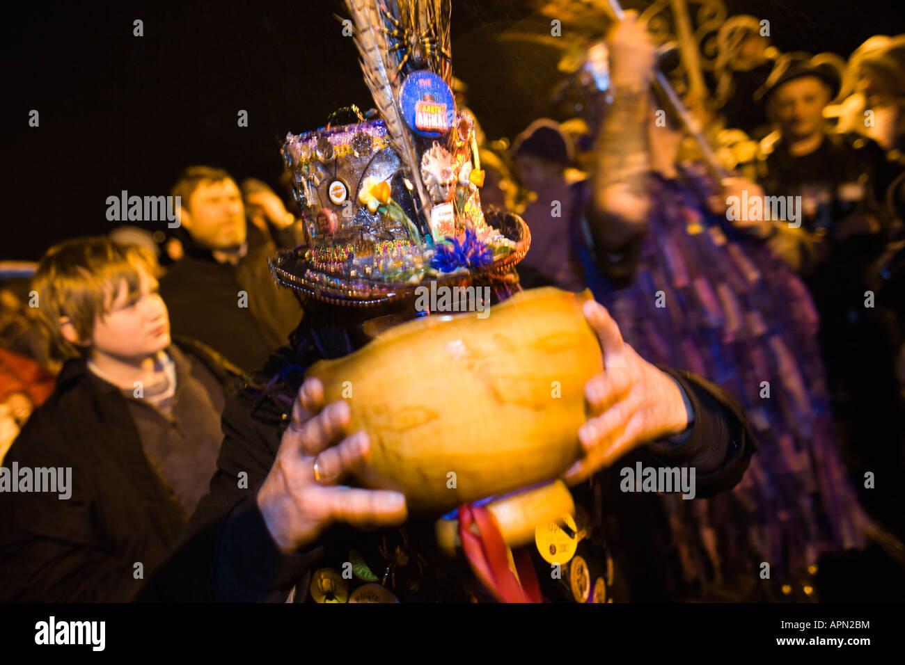 Boire de la Wassail Bol à ll'Wassail de Chepstow et Mari Lwyd personnalisé, Chepstow, au Pays de Galles Photo Stock