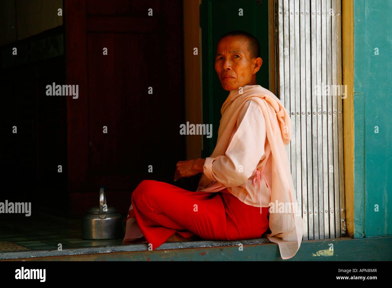 Nun ayant une pause thé juste en dehors de Rangoon (Yangon), la Birmanie (Myanmar) Banque D'Images