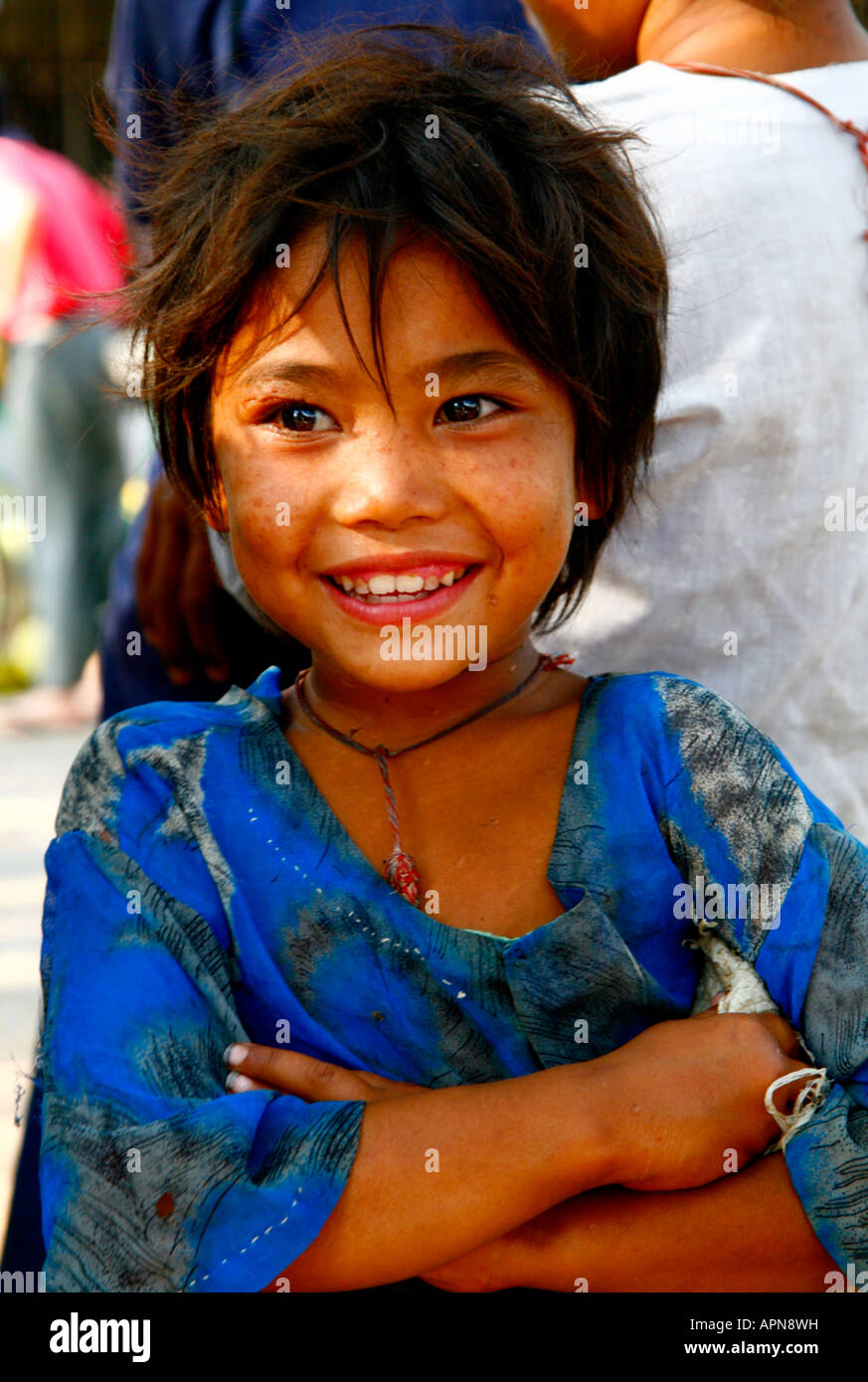 Enfant de la rue, avec sourire innocent - Myanmar, Birmanie Banque D'Images