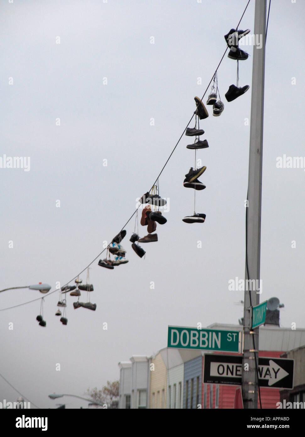 Chaussures accroché sur la ligne électrique Brooklyn New York Photo Stock