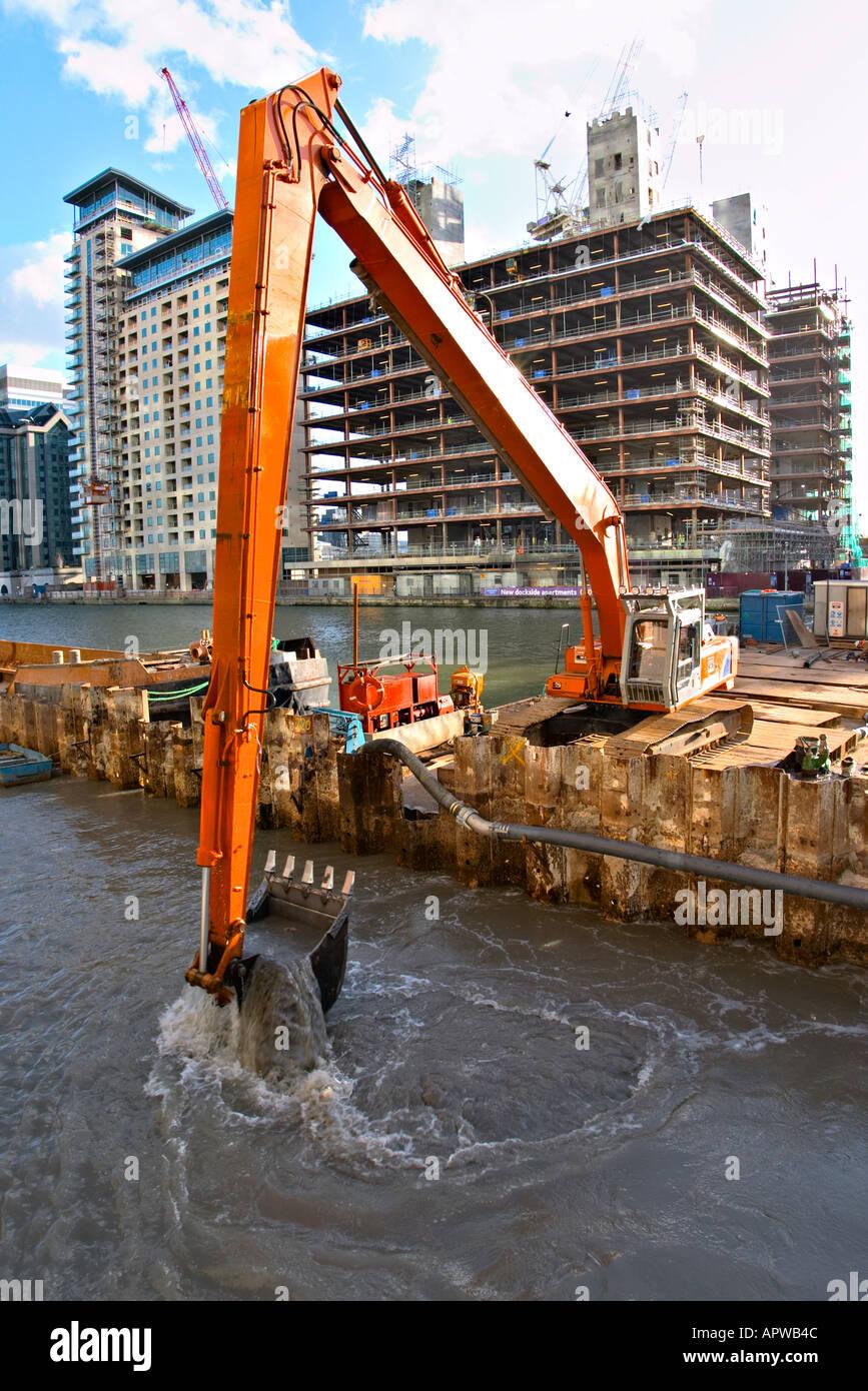 Les quais de dragage dans l'East London Canary Wharf Photo Stock