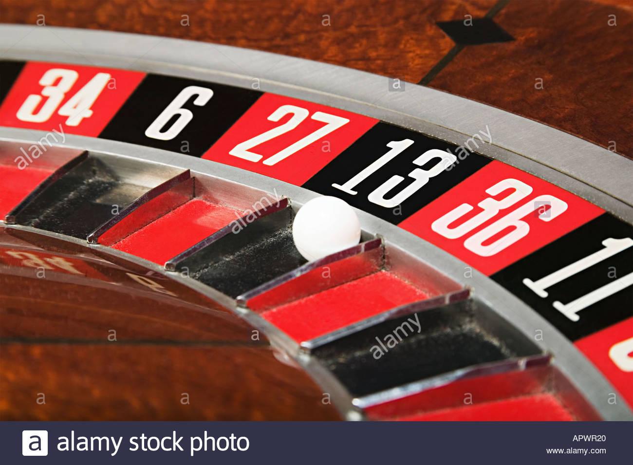 Balle sur numéro treize sur roulette Photo Stock