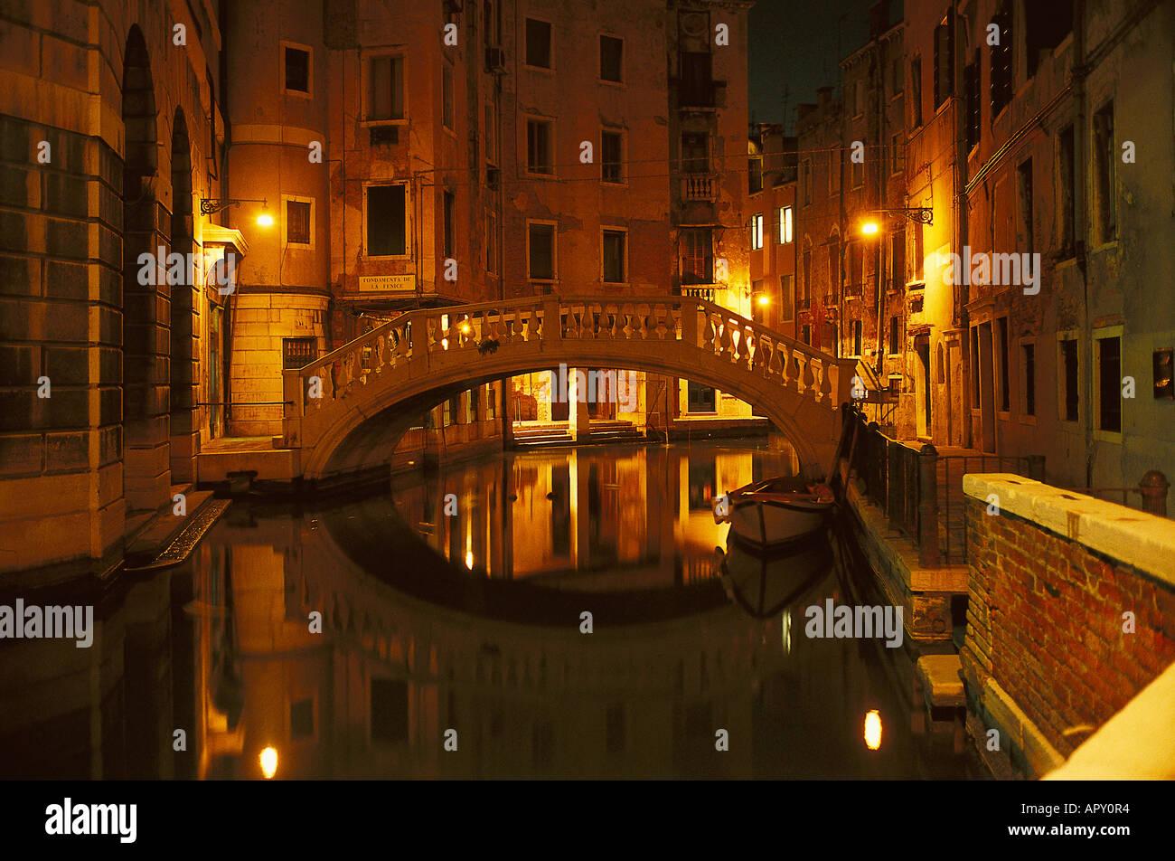Ambiance de nuit, Canal et le pont, Venise Italie Photo Stock