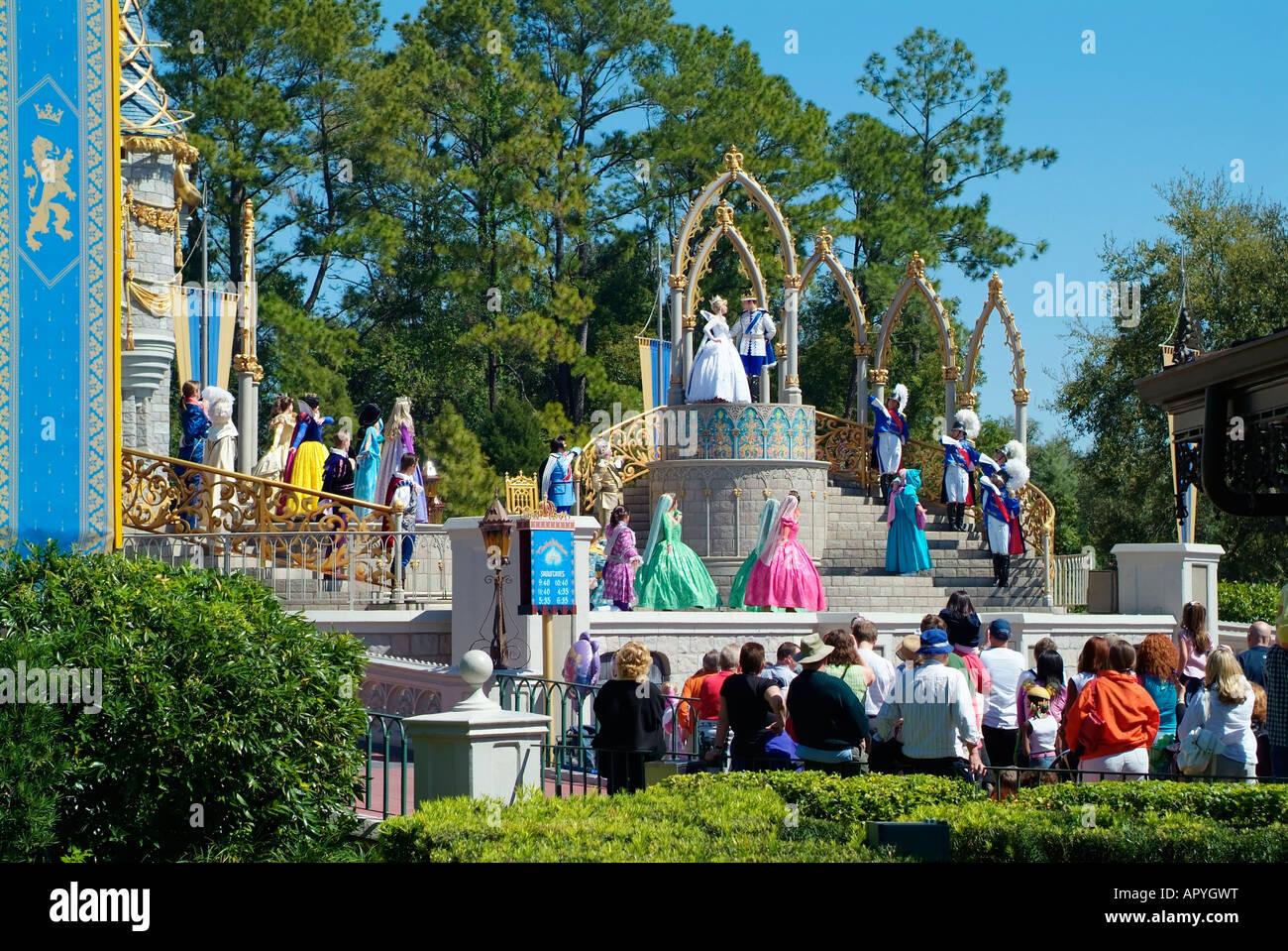 Un mariage glorieux au Château de Cendrillon de Walt Disney World entre  Cendrillon et le prince charmant.