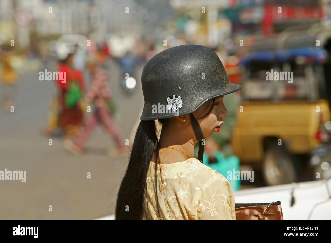 Femme birmane avec casque militaire allemand, le Myanmar Banque D'Images