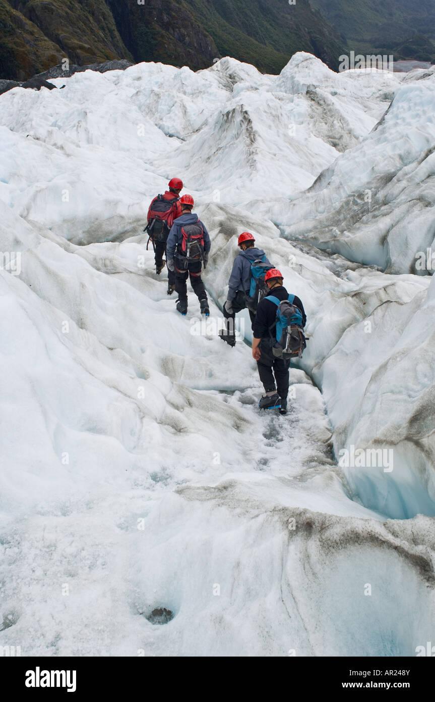 Groupe de touristes marcher sur de la glace de glacier Franz Josef, nouveau Zelaand Banque D'Images