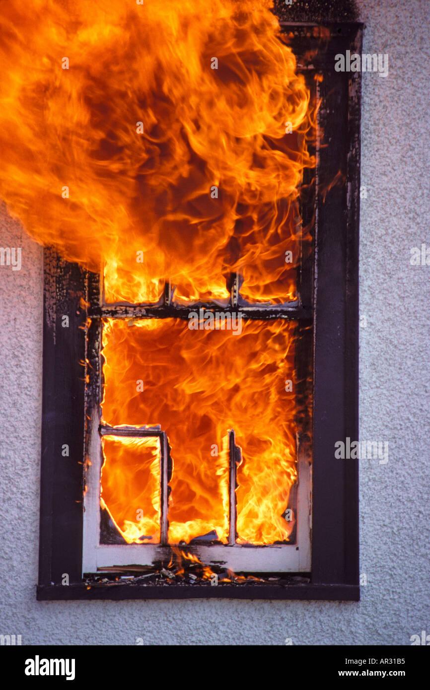 Des flammes à l'intérieur de la fenêtre d'accueil gravure 1909 008 36 Photo Stock