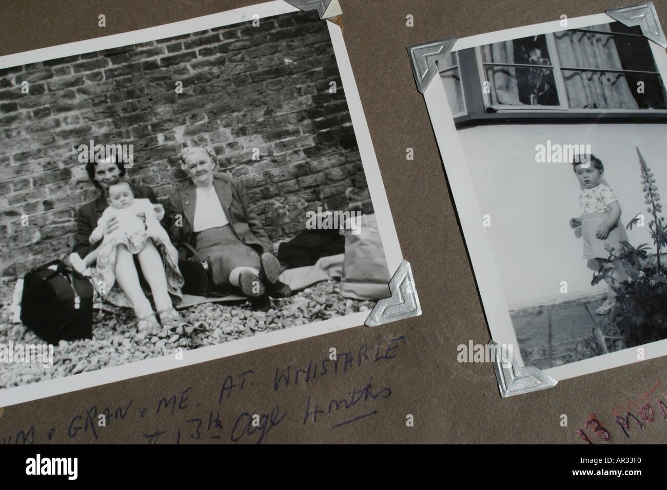Vieille nostalgie des photographies en noir et blanc montrant mère grand-mère et du jeune enfant prises dans les années 1950 Photo Stock