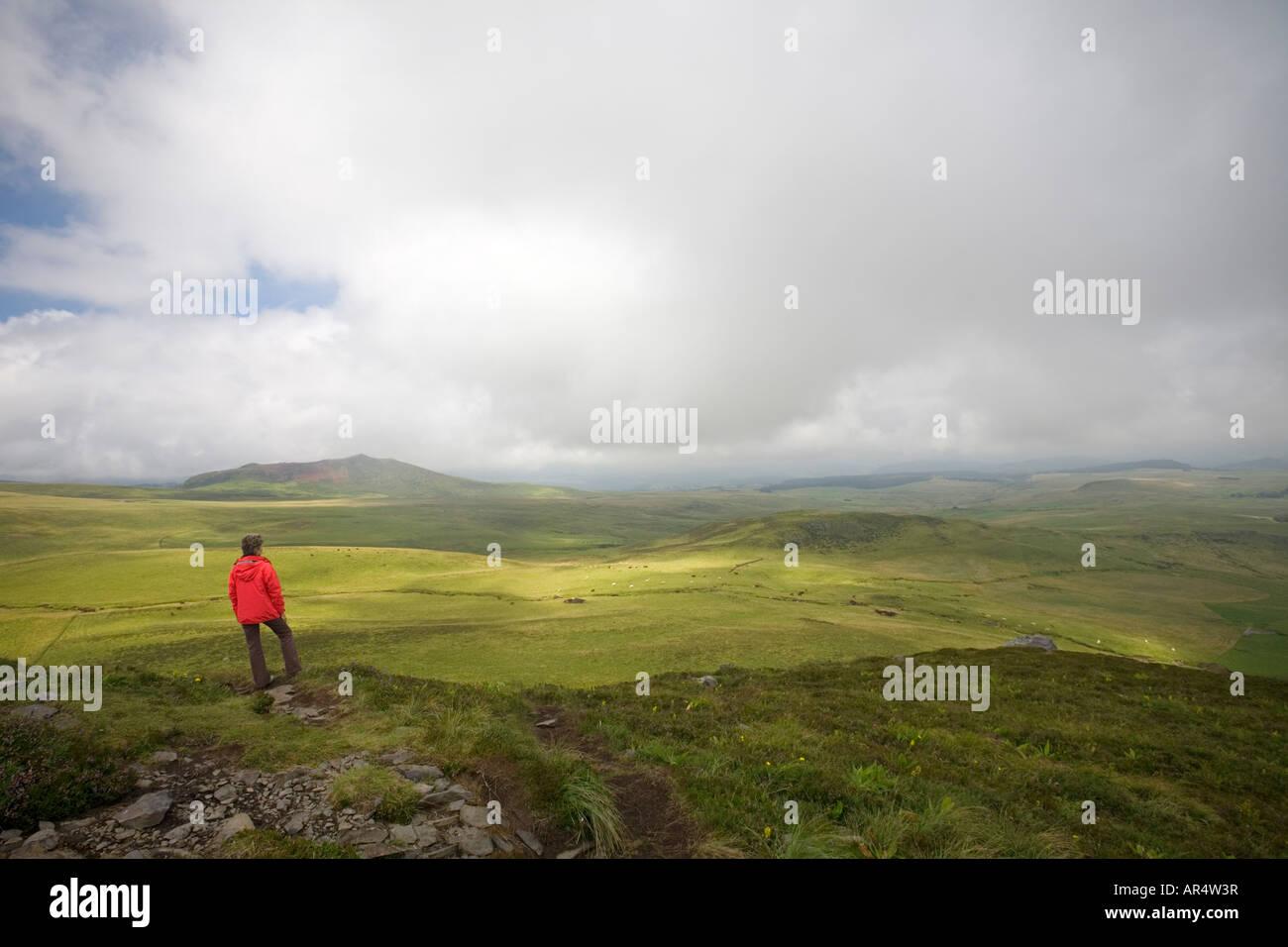 Dame UN Randonneur admirant le paysage (Puy de Chambourguet). Randonneuse contemplant le paysage depuis le Puy de Photo Stock