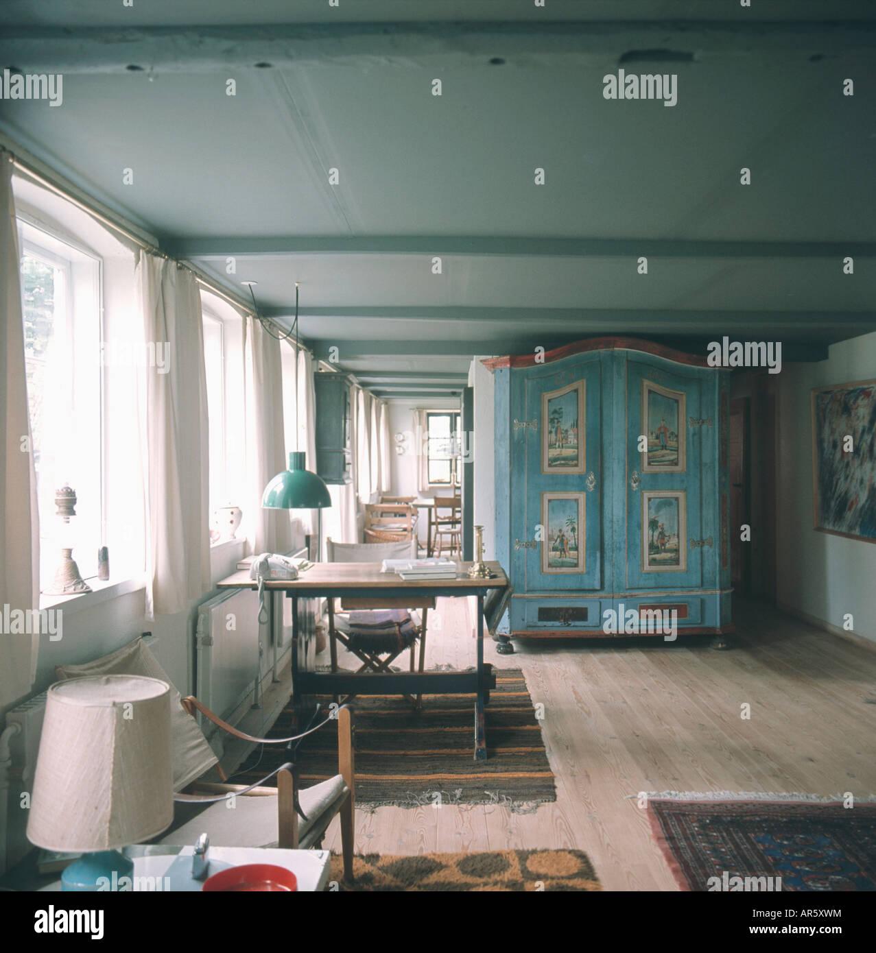 Mobilier peint en bleu gris bleu armoire dans années 70 salon ...
