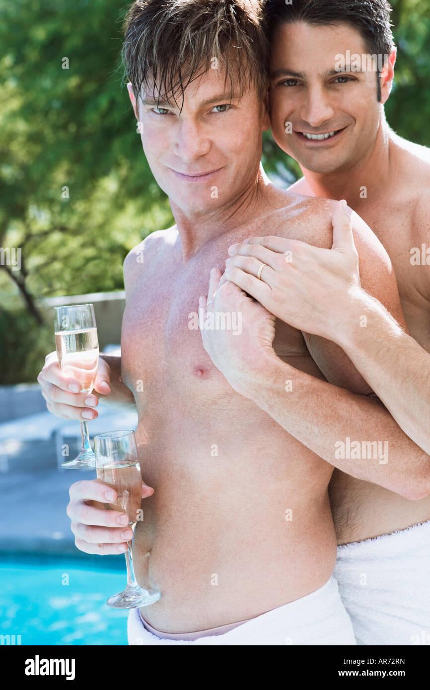 Couple Gay, exhibant leurs anneaux de mariage Banque D'Images
