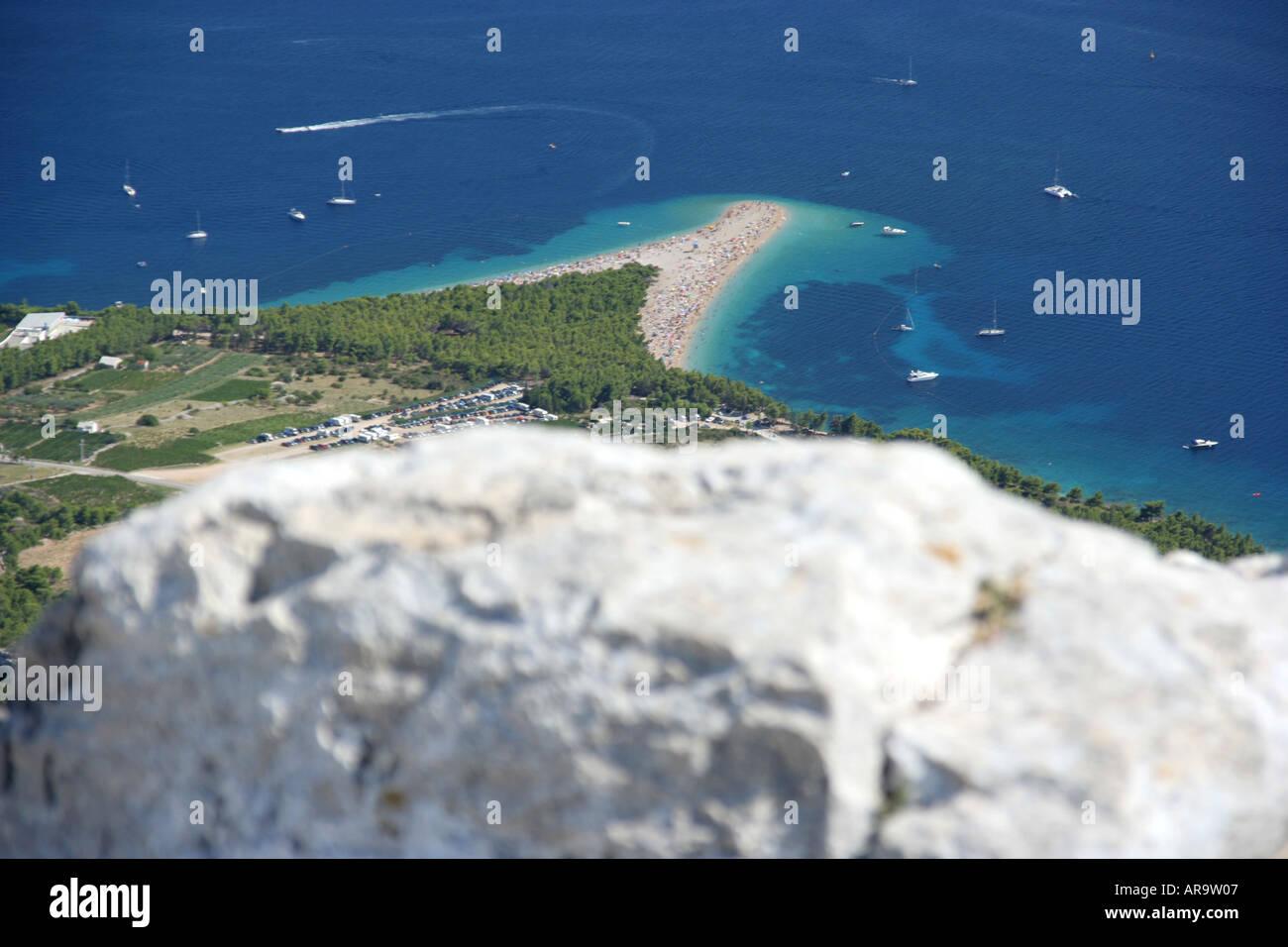 Vue depuis la montagne Vidova 778m sur la plage de Zlatni Rat à Bol sur l'île de Brac Photo Stock