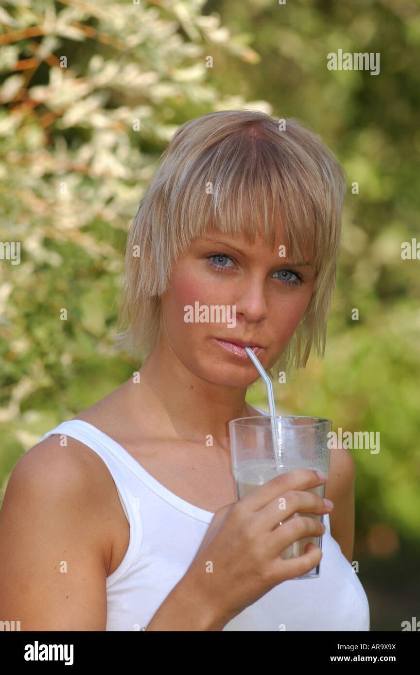Blondes Junges Madchen Und Strohhalm Glas Jeune Femme Blonde