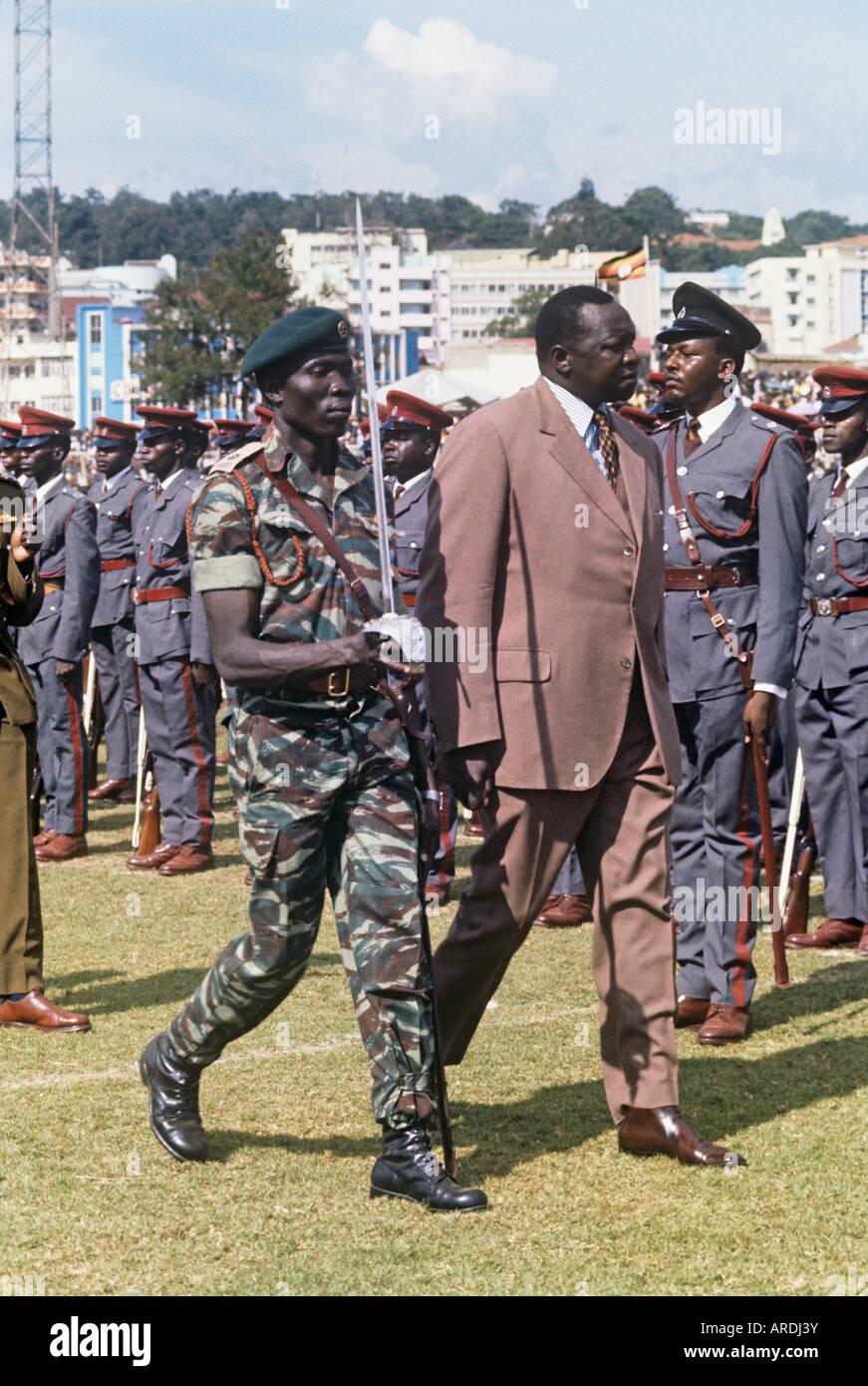Le président ougandais Idi Amin, exceptionnellement en costume, inspecte les troupes à une parade de la Photo Stock