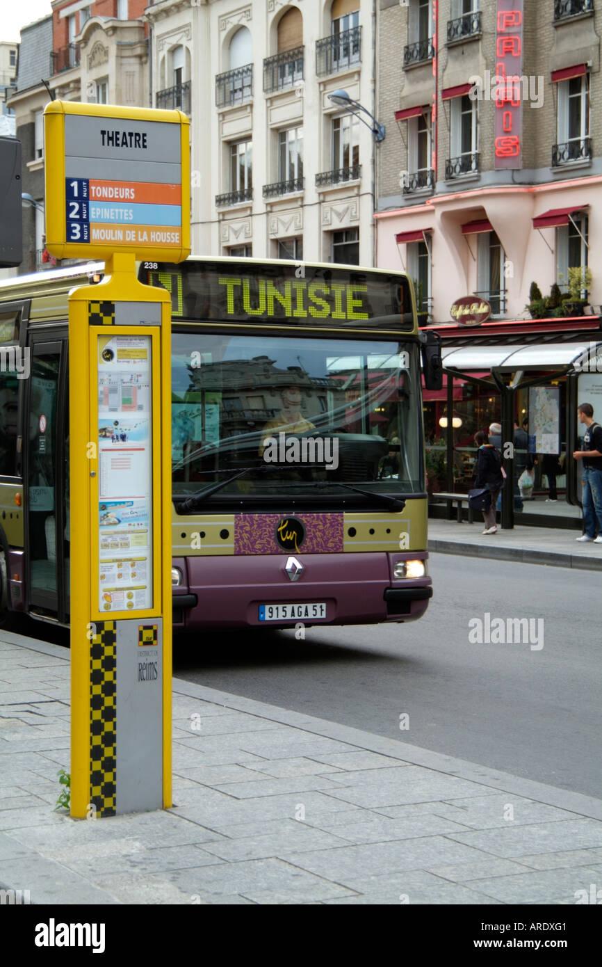 les transports en bus l 39 arr t de bus reims france europe ue banque d 39 images photo stock. Black Bedroom Furniture Sets. Home Design Ideas