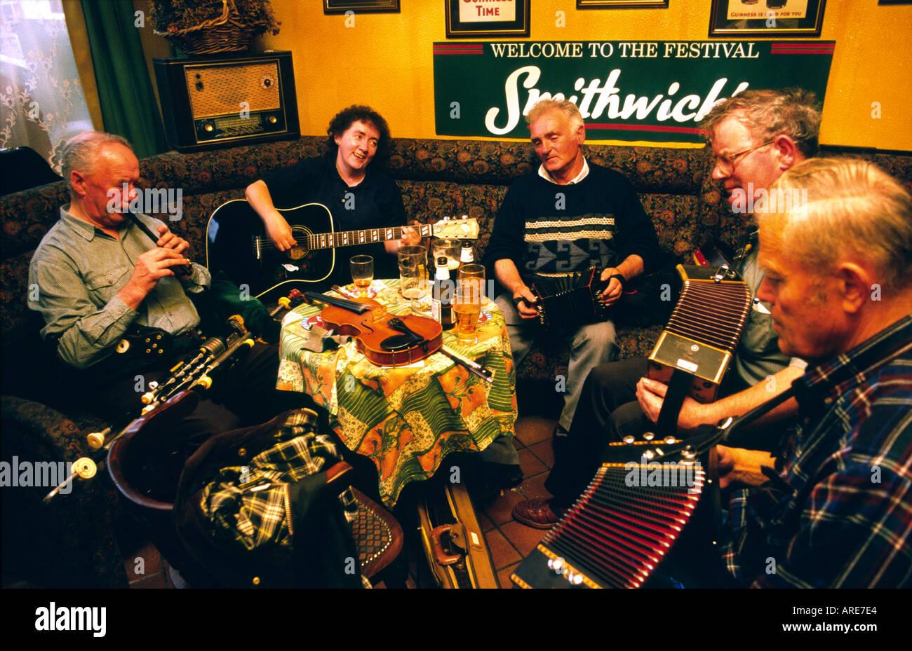 Le pub irlandais traditionnel de musiciens jouant de la musique dans le bar de l'île de la ville de Kilrush, comté de Clare, Irlande de l'ouest. Photo Stock