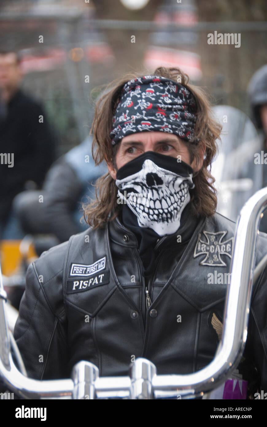 L'homme Moto Sur Port De Le amp; Head Foulard Tête La Shoulders TTqEwxZrd
