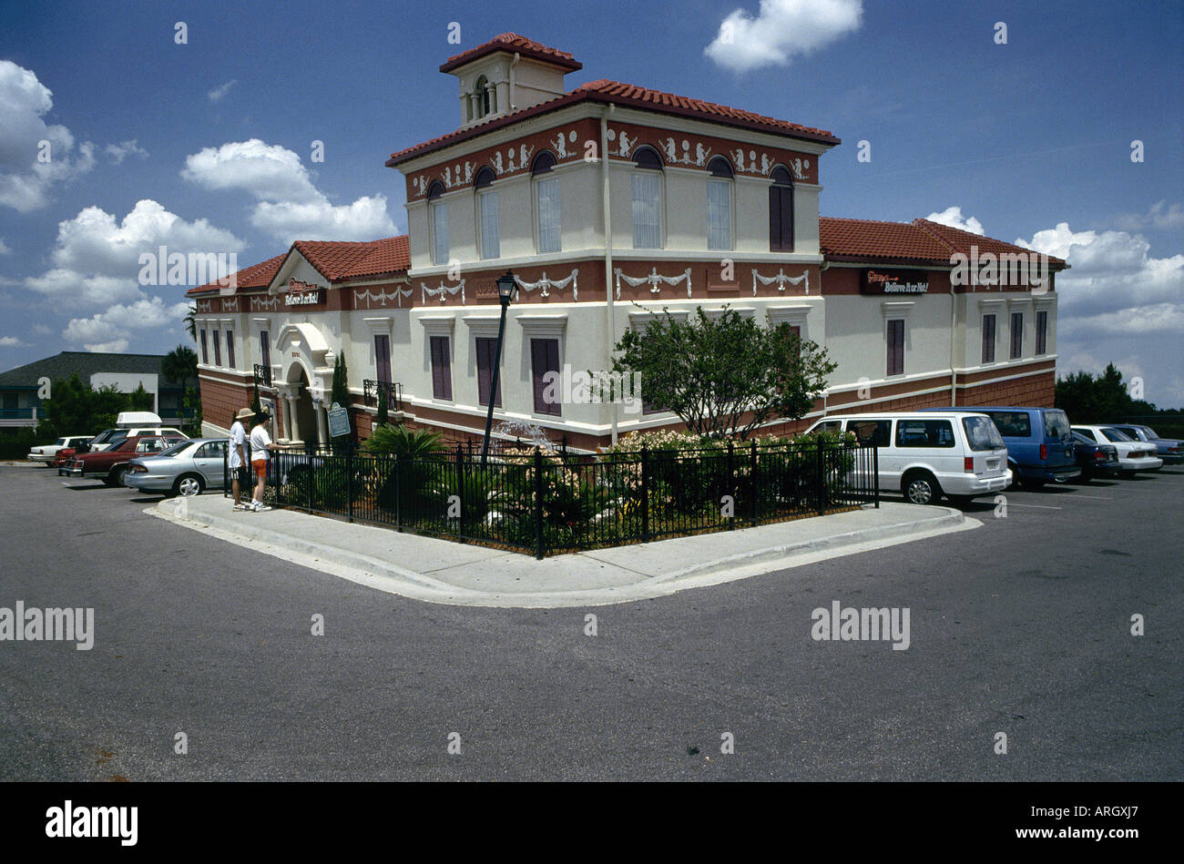 Muse aux visiteurs d'apparence inclinée Ripley s Believe it or Not bâtiment qu'elle abrite un musée dédié à l'étrange et merveilleux Orlando Photo Stock