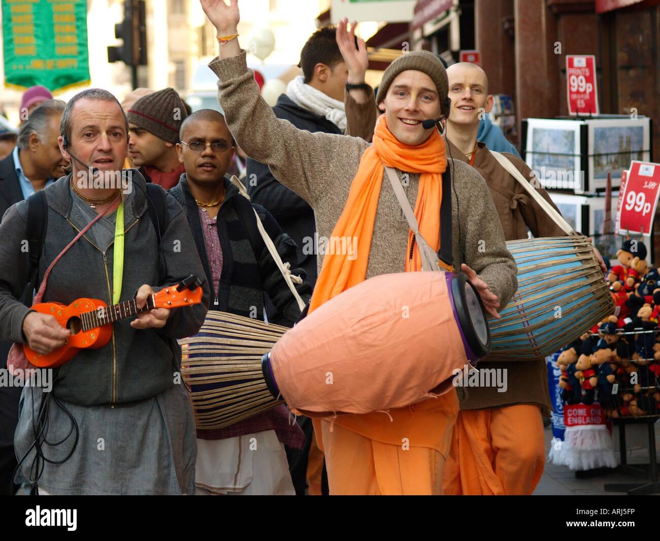 Une bande d'adeptes Hare Krishna sur Whitehall London Banque D'Images