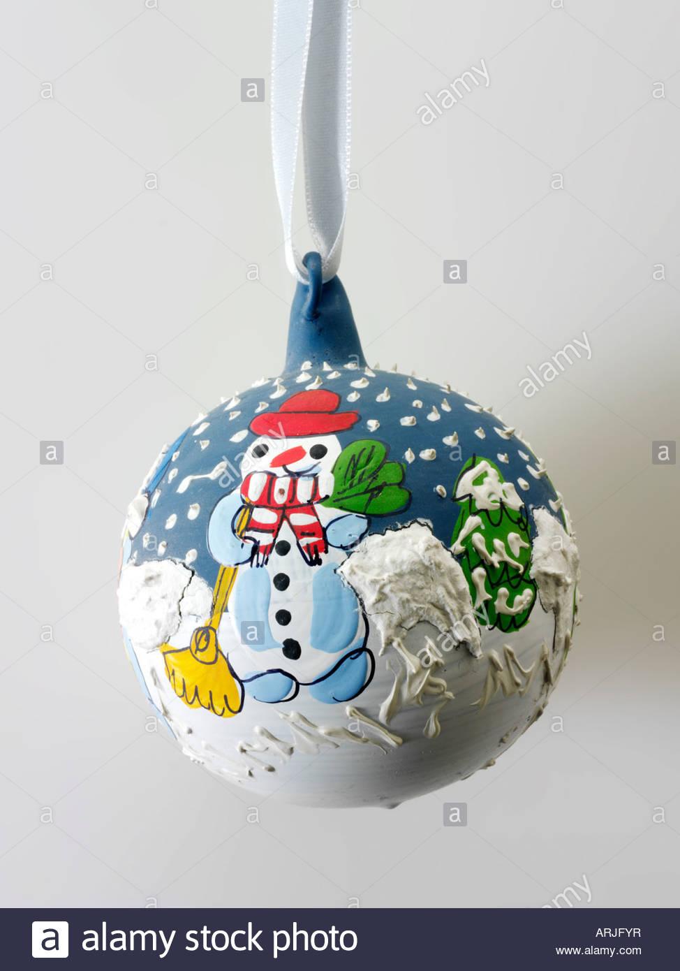 Fete De Noel Traditionnels Peints A La Main Decoration Babiole Avec Bonhomme En Bleu Et Blanc Et Arbre Vert Photo Stock Alamy