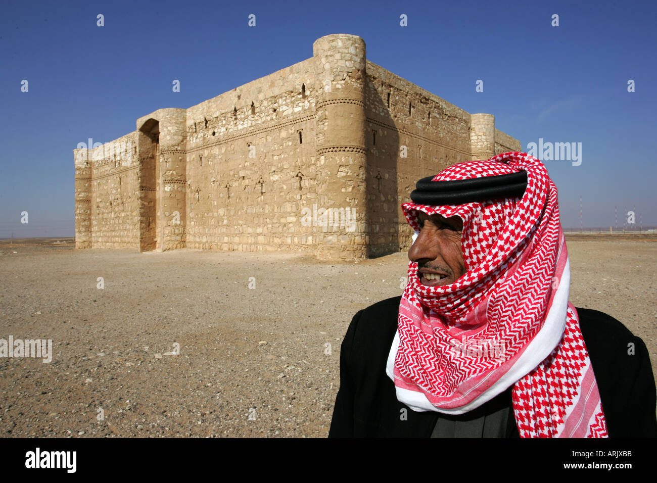 JOR, Jordanie: Guard homme du désert château Qasr al-Kharana, caravansery de 710 aC. dans le desert road 40. Photo Stock