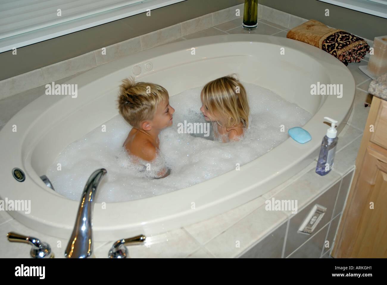 jeune petit fr re et s ur dans une baignoire pleine de. Black Bedroom Furniture Sets. Home Design Ideas