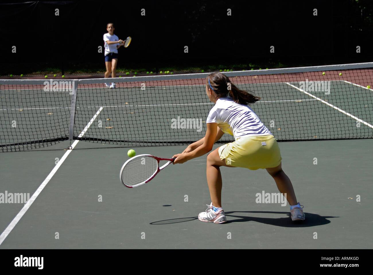 École intermédiaire et à l'âge scolaire Les adolescents prendre leçon de tennis dans l'enrichissement et au développement d'un programme de la ville publique Photo Stock