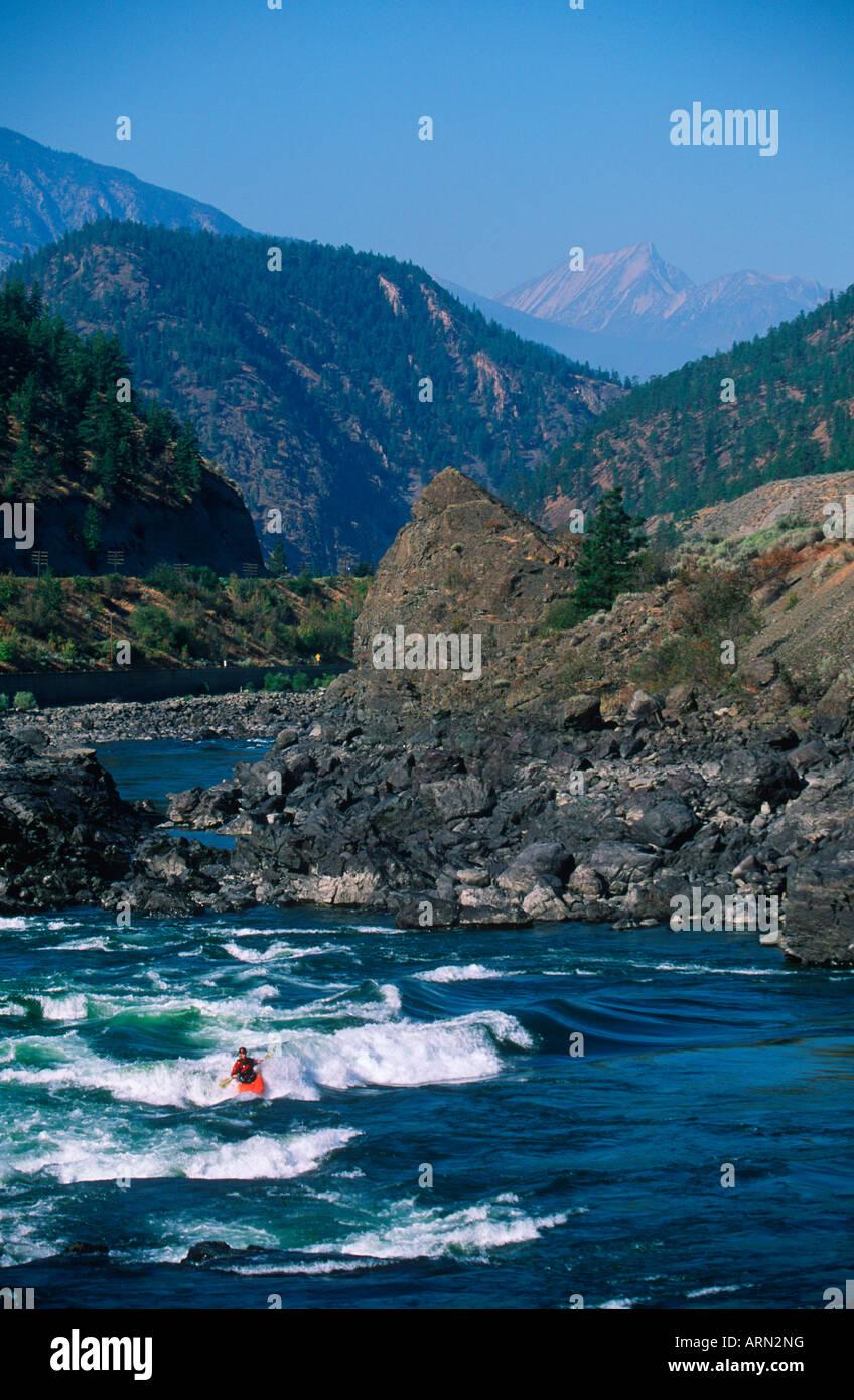 Les kayakistes de la rivière Thompson près de Lytton, en Colombie-Britannique, Canada. Banque D'Images