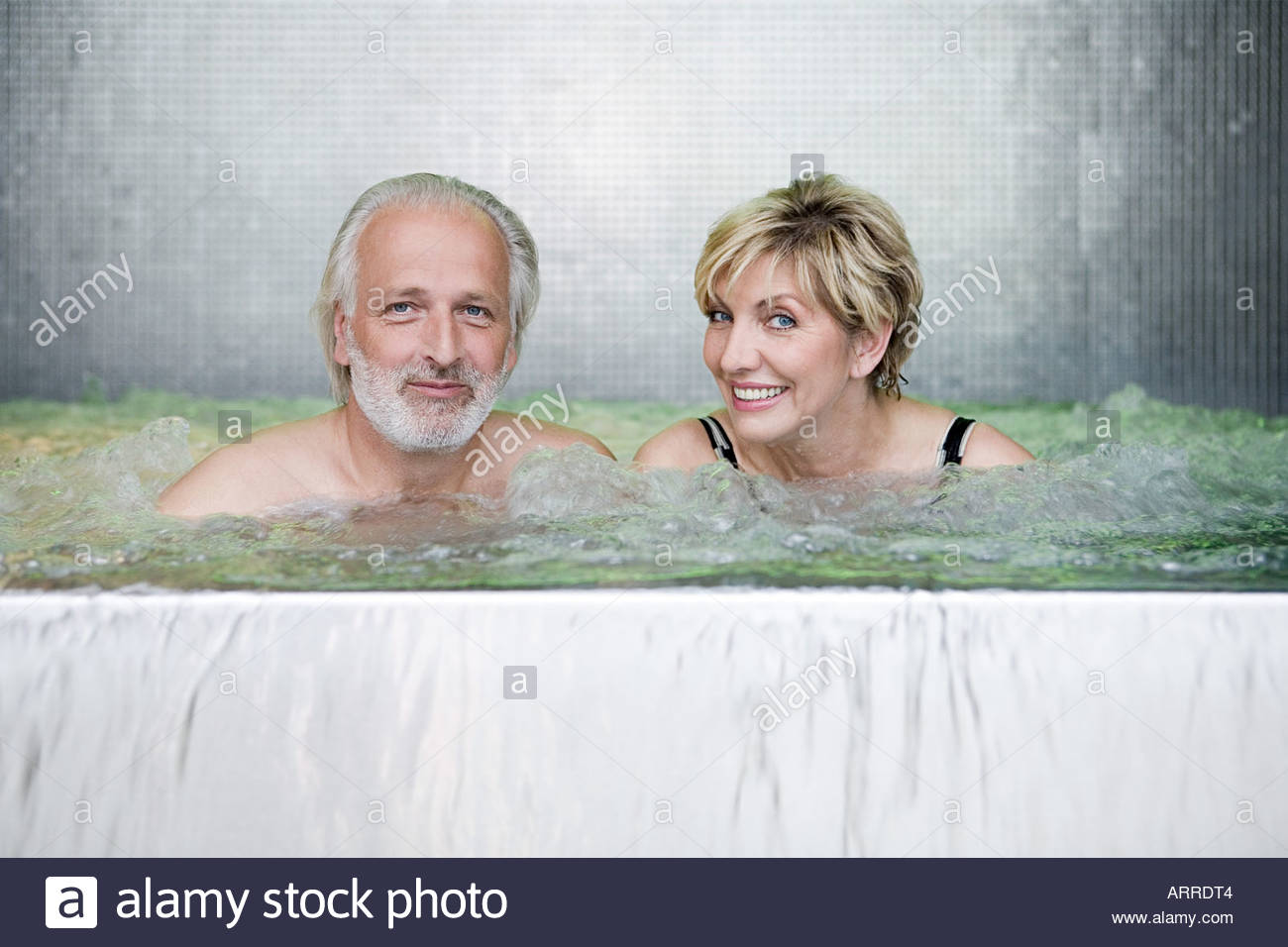 Couple Dans Un Jacuzzi.Couple Dans Un Jacuzzi Banque D Images Photo Stock 9208131