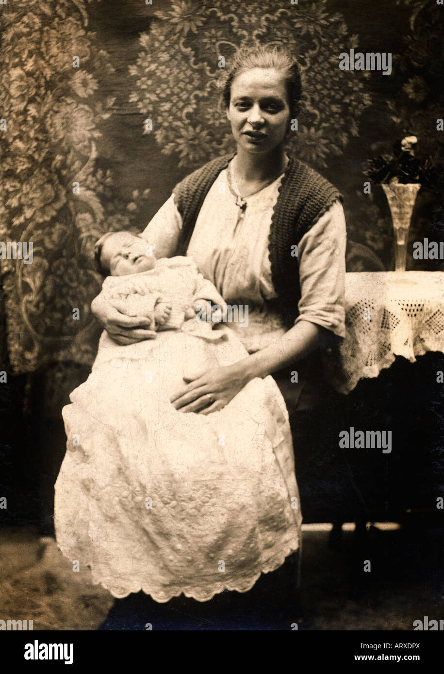 dacd936eca9ae Mère avec bébé dans une robe de baptême en sépia d une photographie prise à environ  1910
