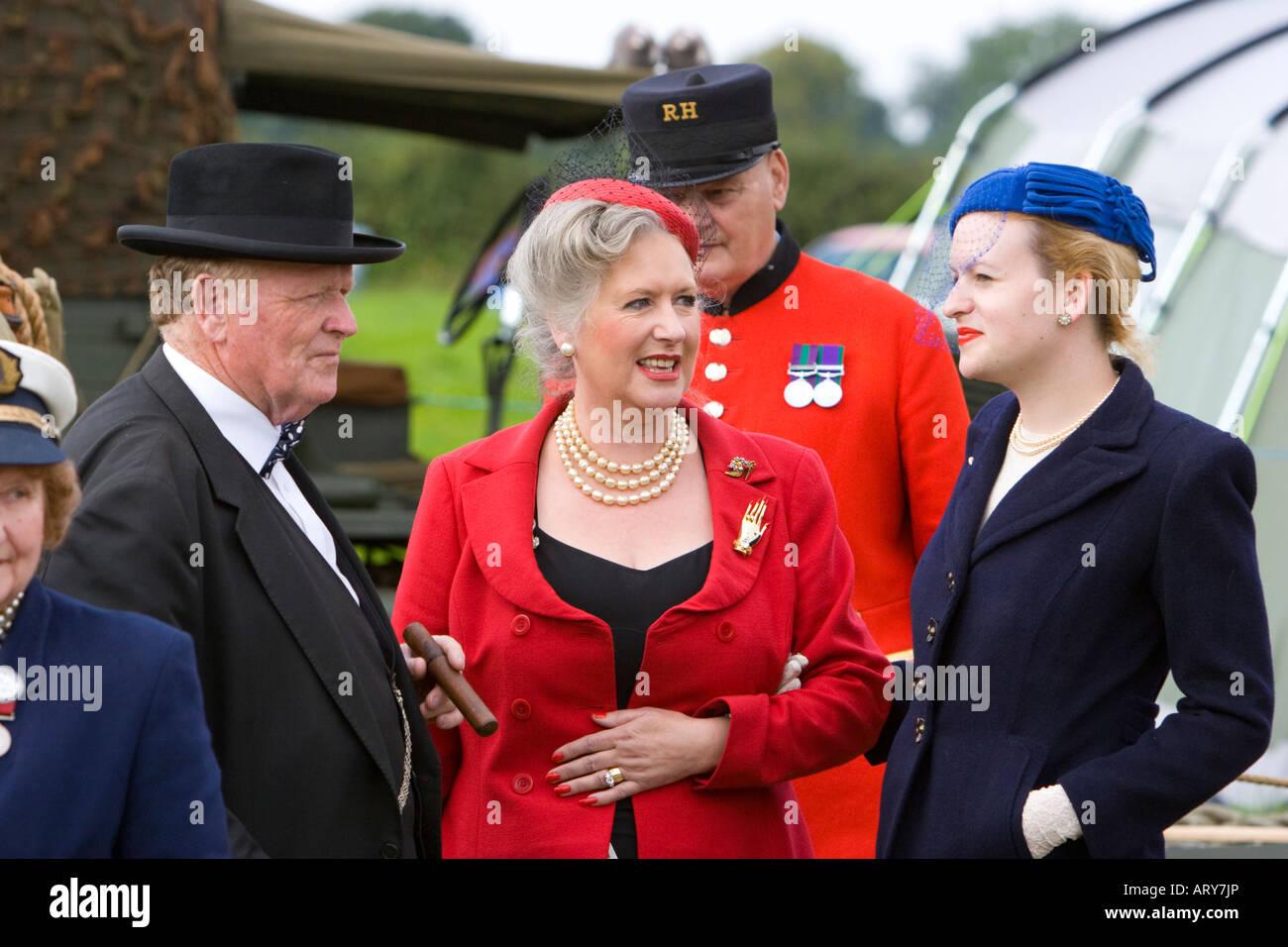 Lhomme Parlant à Deux Dames Shabiller En Costume De Guerre
