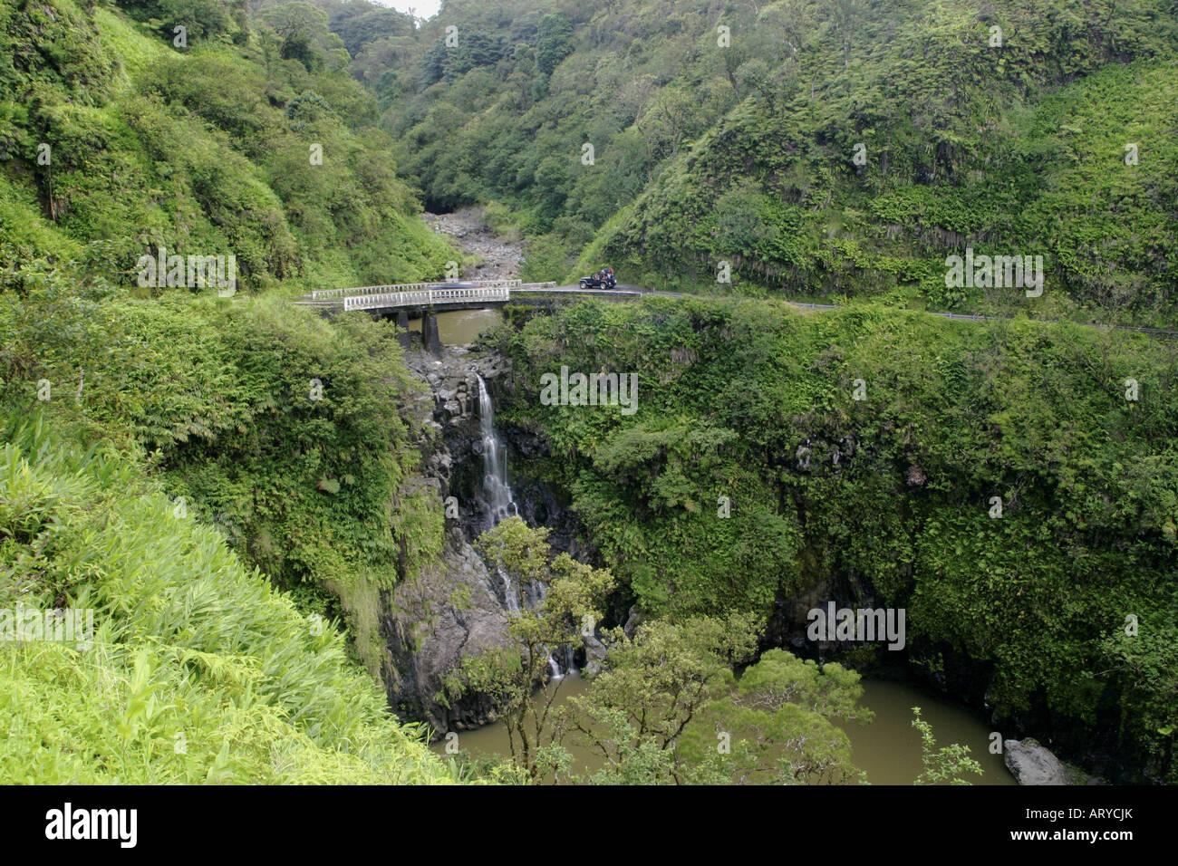Des virages en épingle, des cascades, et des paysages à couper le souffle sont tous sur la route de Hana, Photo Stock