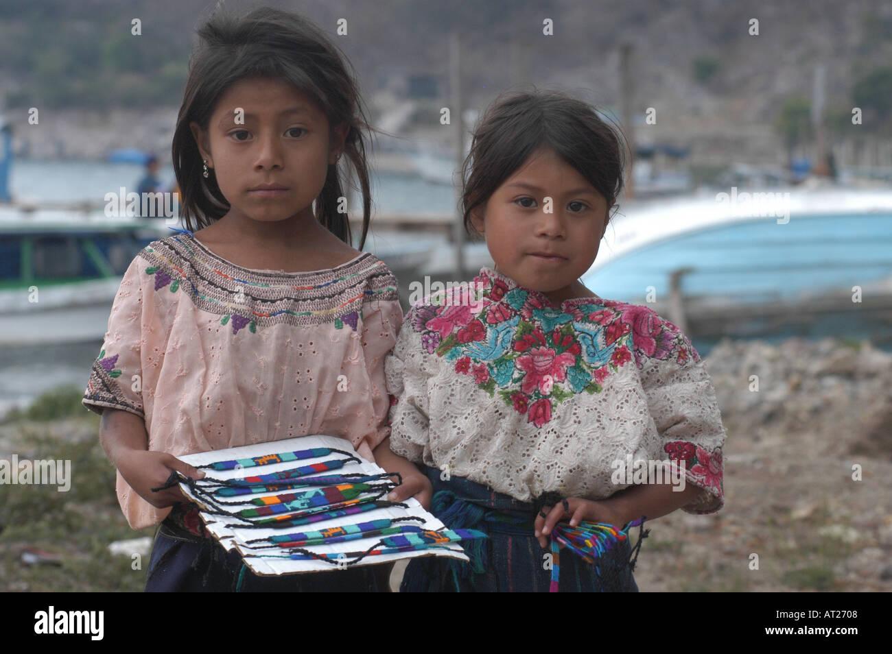 les filles à la recherche pour les garçons au guatemala