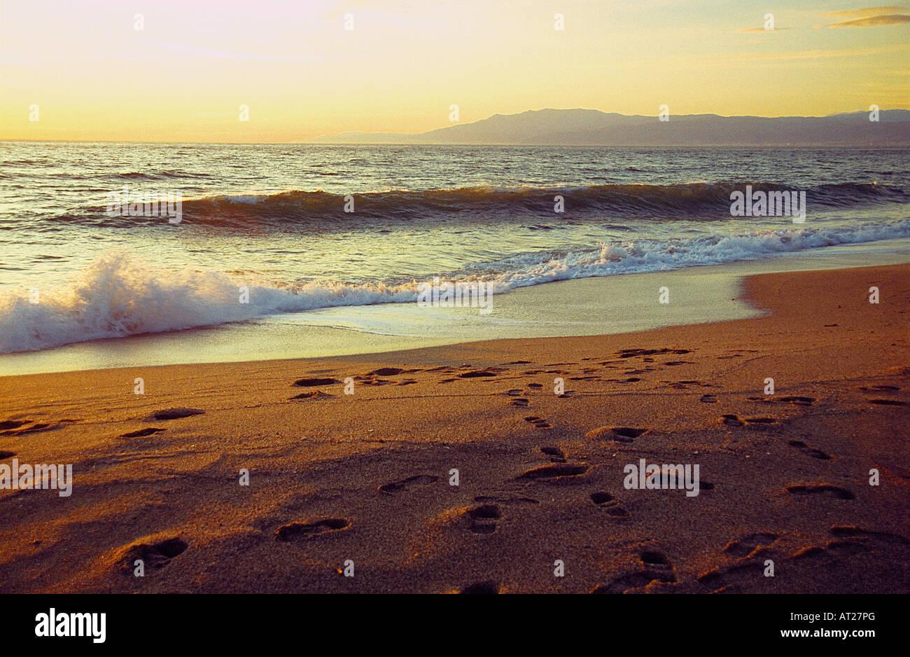 Au coucher du soleil plage Almadraba. Cabo de Gata. La province d'Almeria. L'Andalousie. L'Espagne. Photo Stock