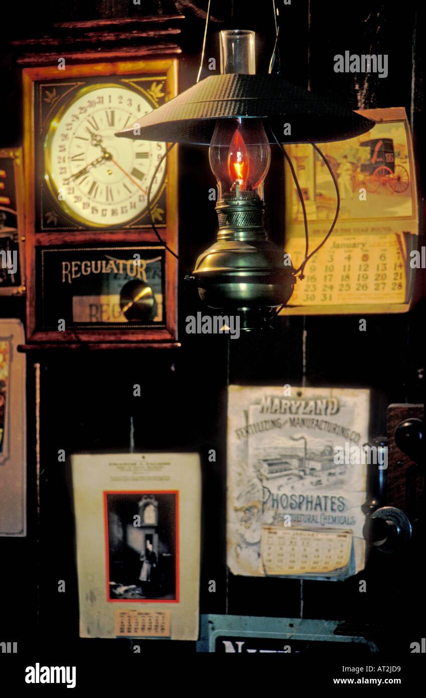 Lampe de bureau, pendulette, et décorations dans un magasin dans Grafton New York USA Banque D'Images
