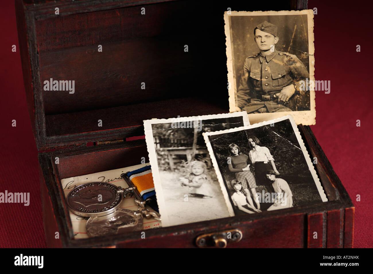 La nostalgie et les souvenirs d'une boîte de vieilles photos des médailles militaires et tous les Photo Stock