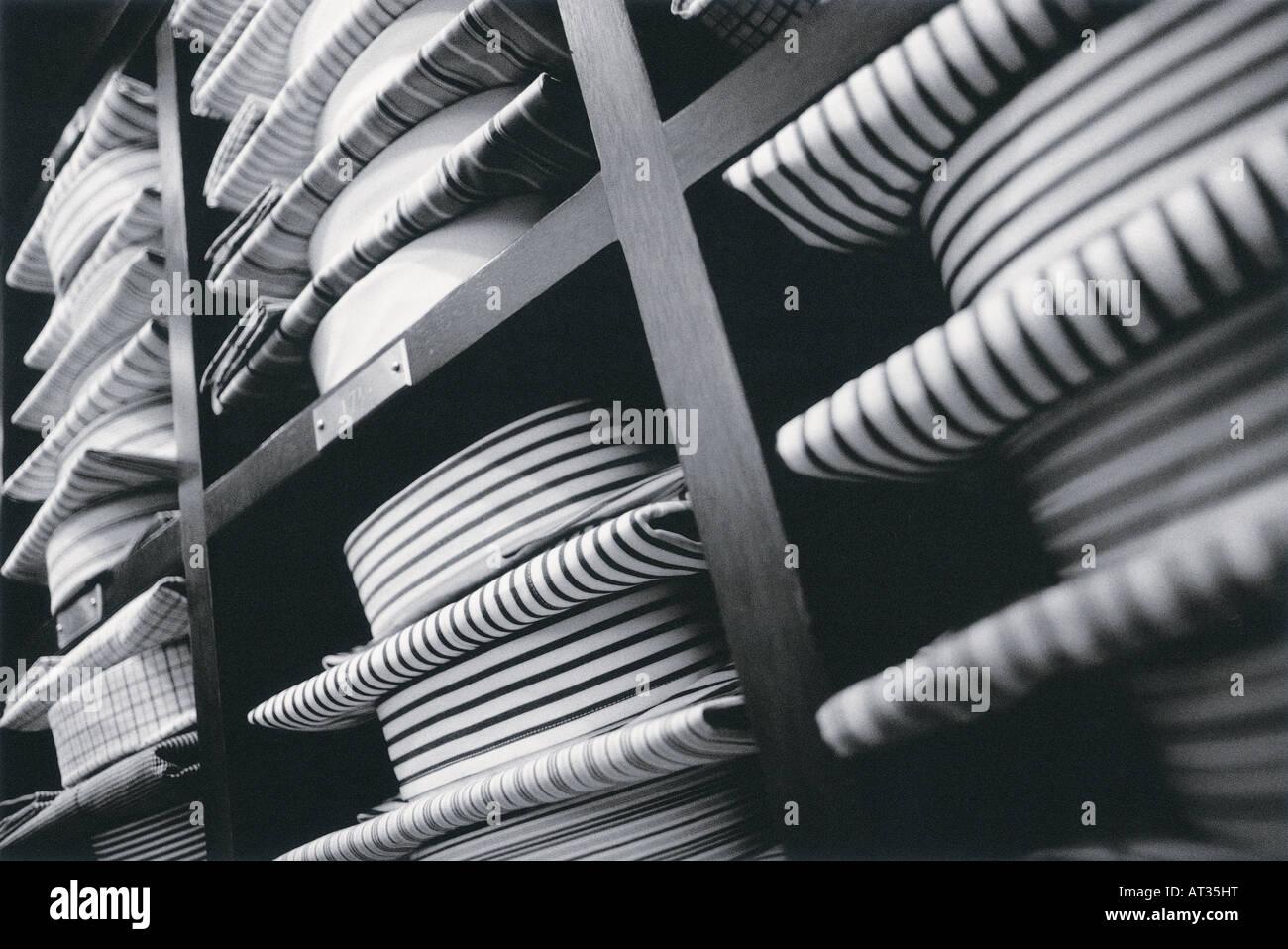 Chemises pliées en exposition dans un magasin Photo Stock