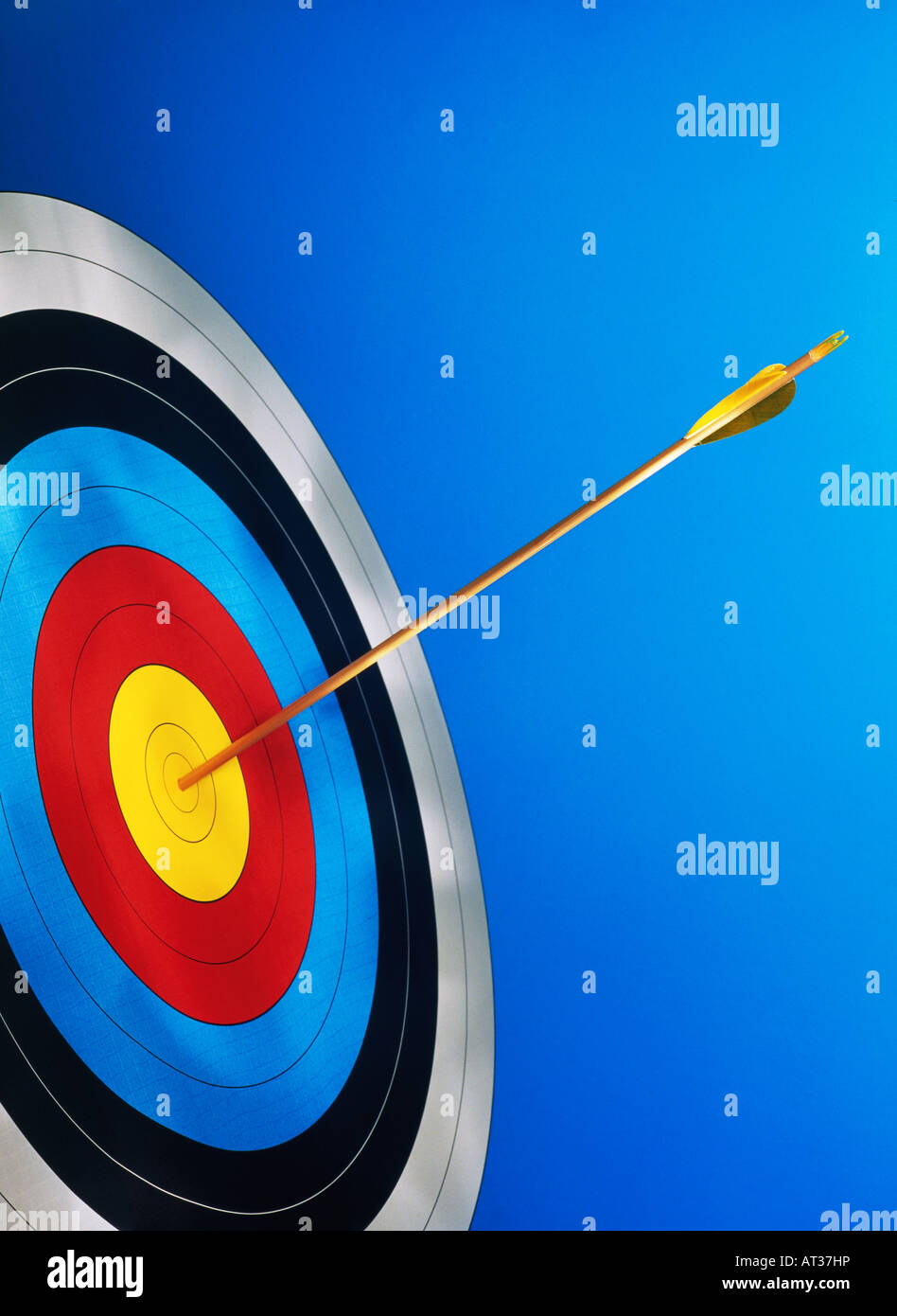 Une flèche au centre d'une carte cible. Photo Stock