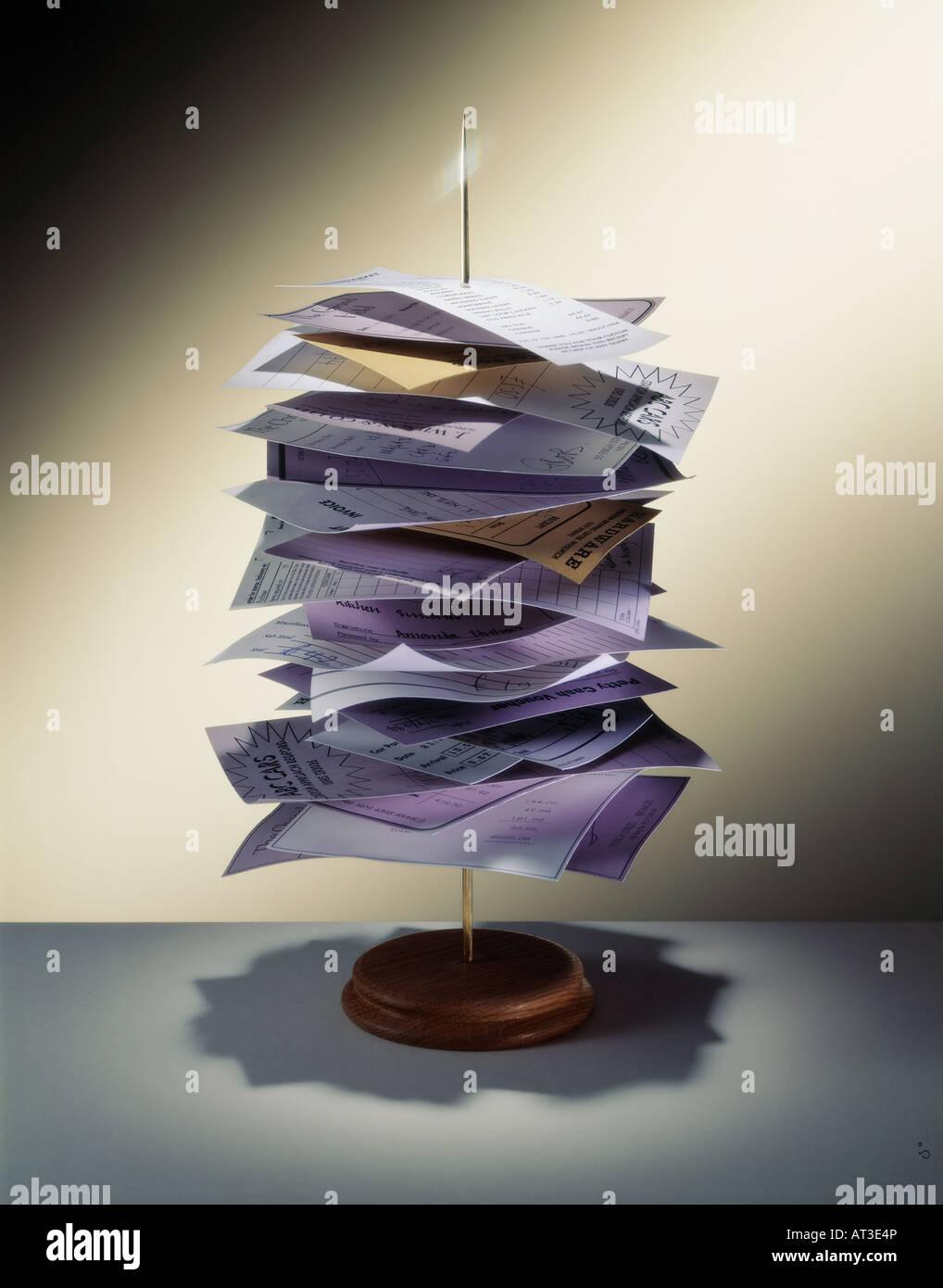 Les reçus et les factures sur un arbre de papier Photo Stock