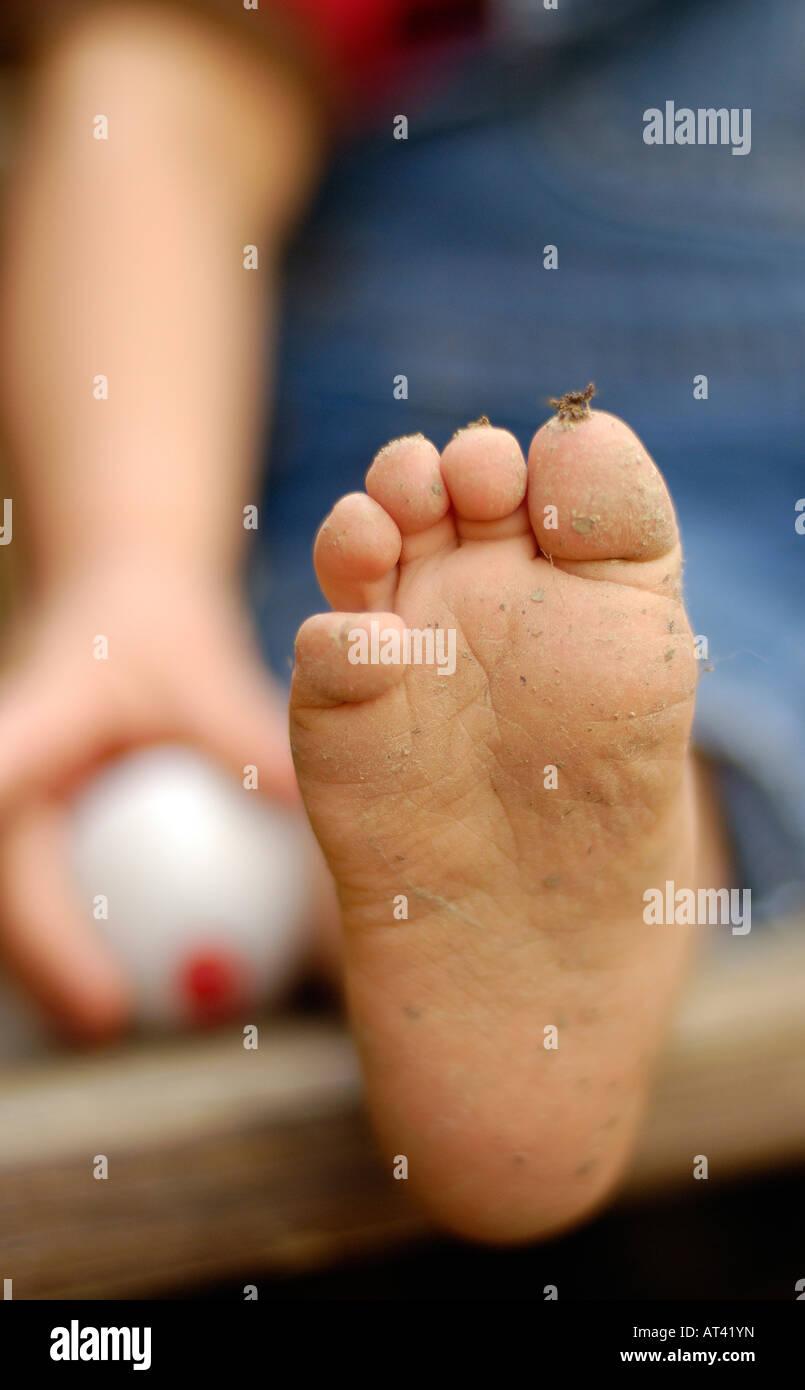 Les tout-petits pieds sales et la pêche flotteur Photo Stock