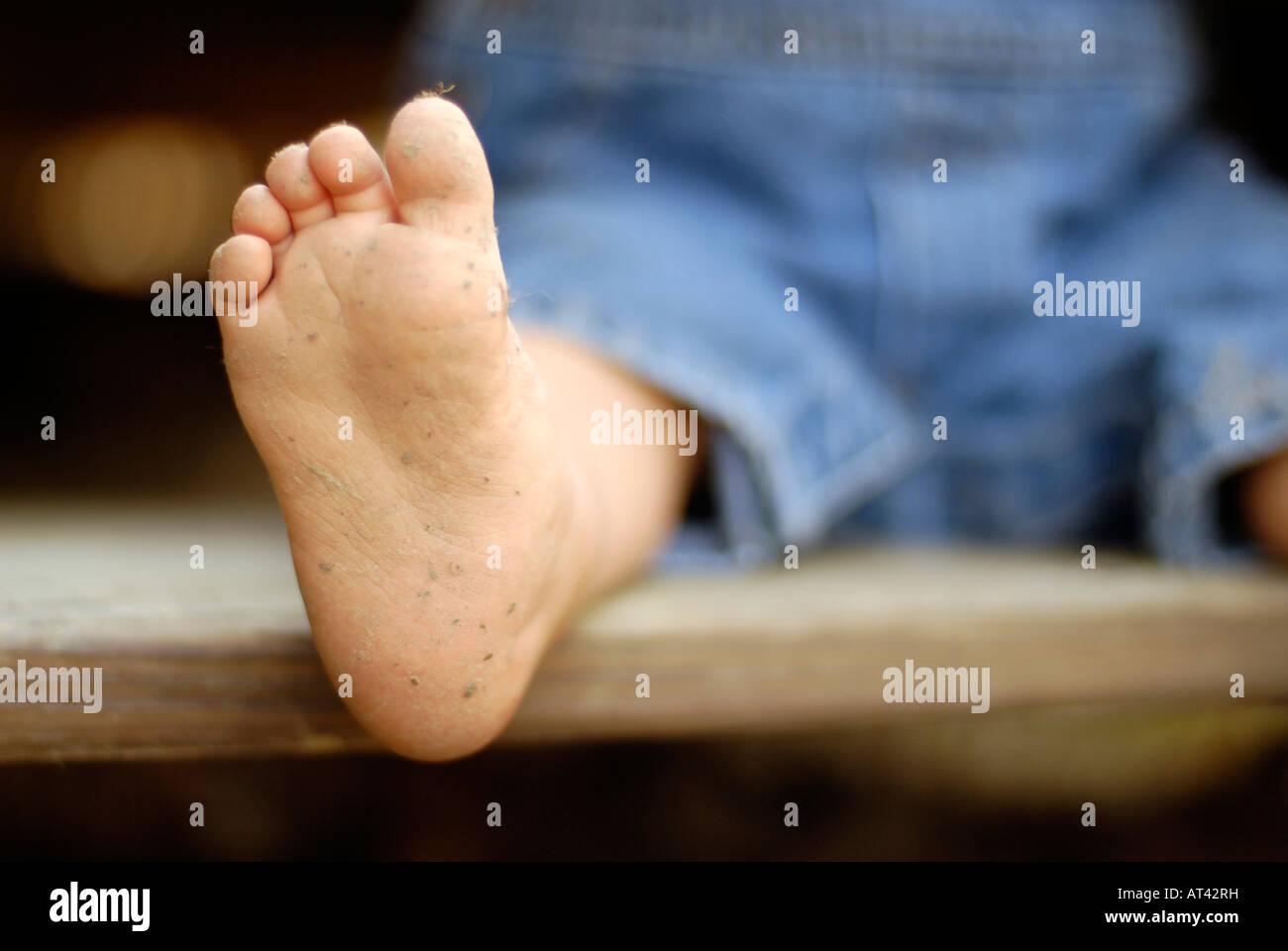 Les tout-petits pieds sales Photo Stock