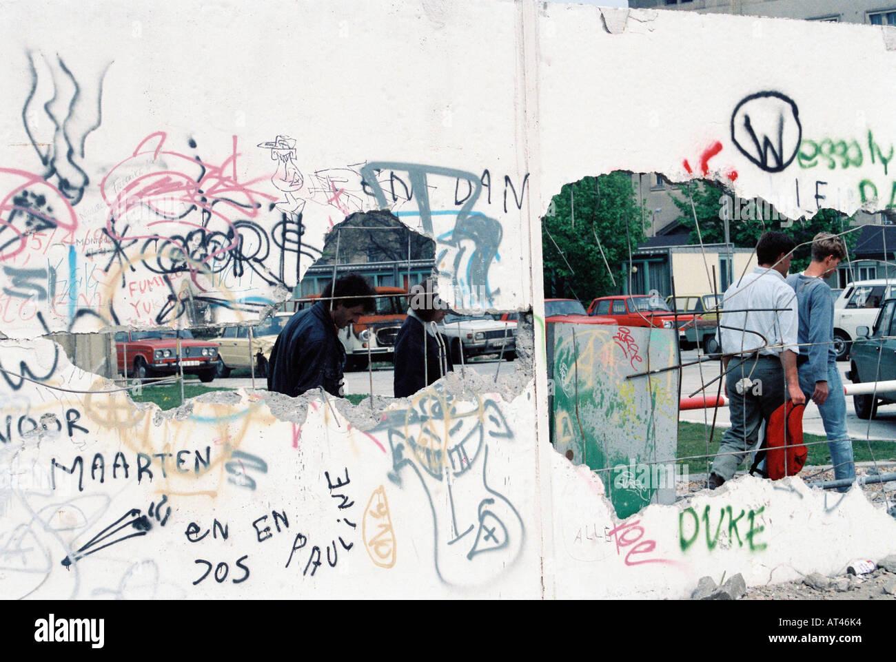 La chute du mur de Berlin, 1989. Vue de l'est à travers un trou dans le mur de Berlin Photo Stock