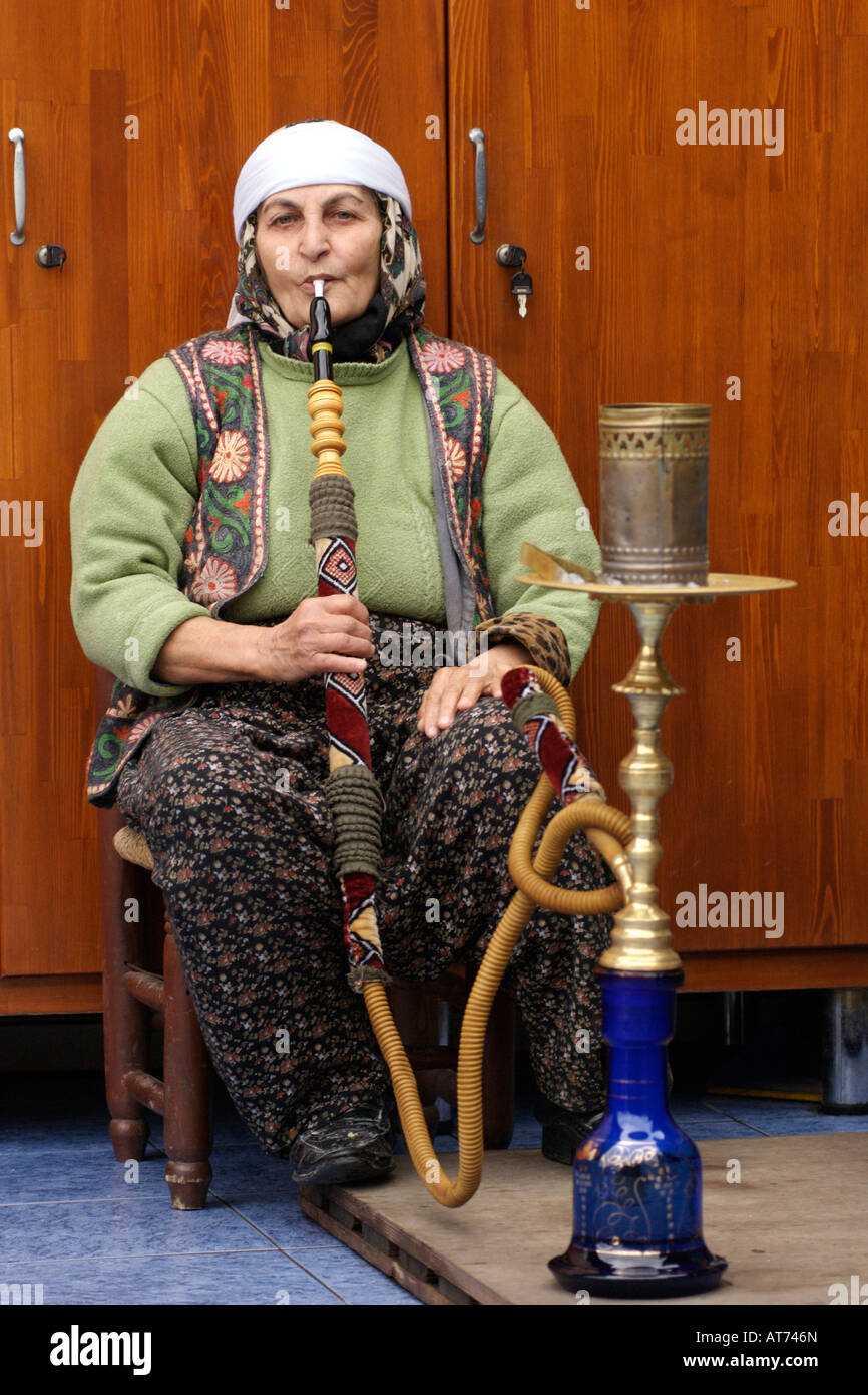 A shisha photos a shisha images alamy for Pipe a fumer cuisine