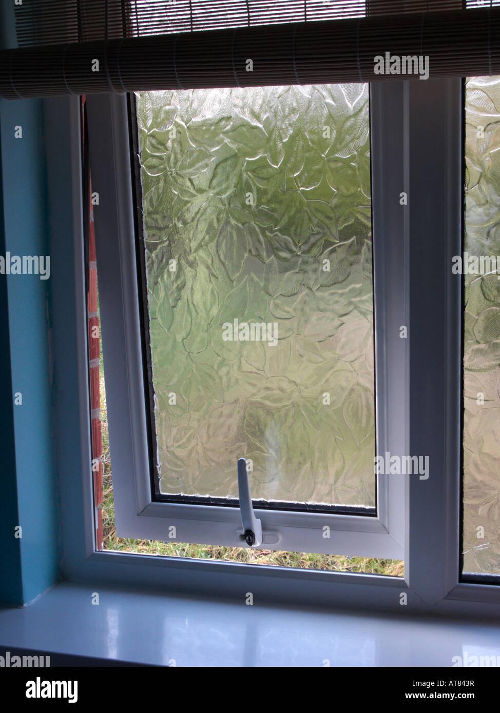 Poignée de fenêtre à double vitrage salle de bains ouverte à ...